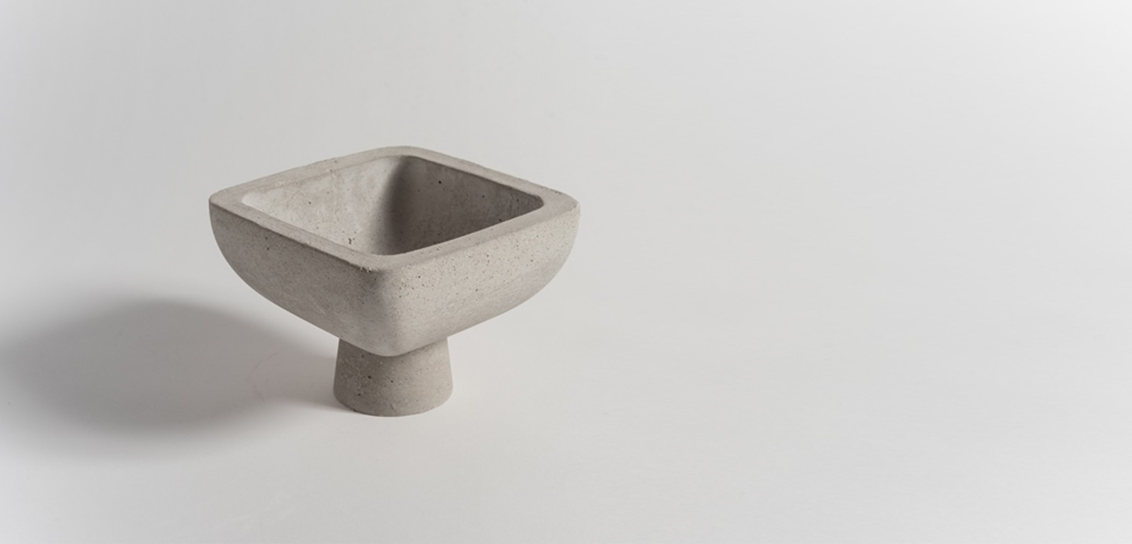 footed-vessel-1-accessories-grey-concrete