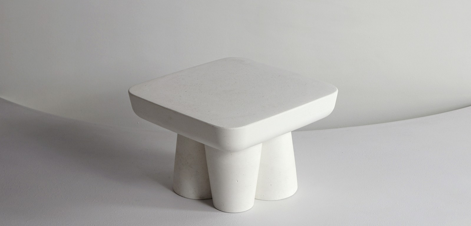 HOMME-sculptural-centerpiece-stand-platter-tabletop-white-luxury-alentes-concrete-1